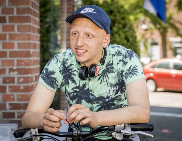 Fietsambassadeur Ayoub Aydin op de fiets
